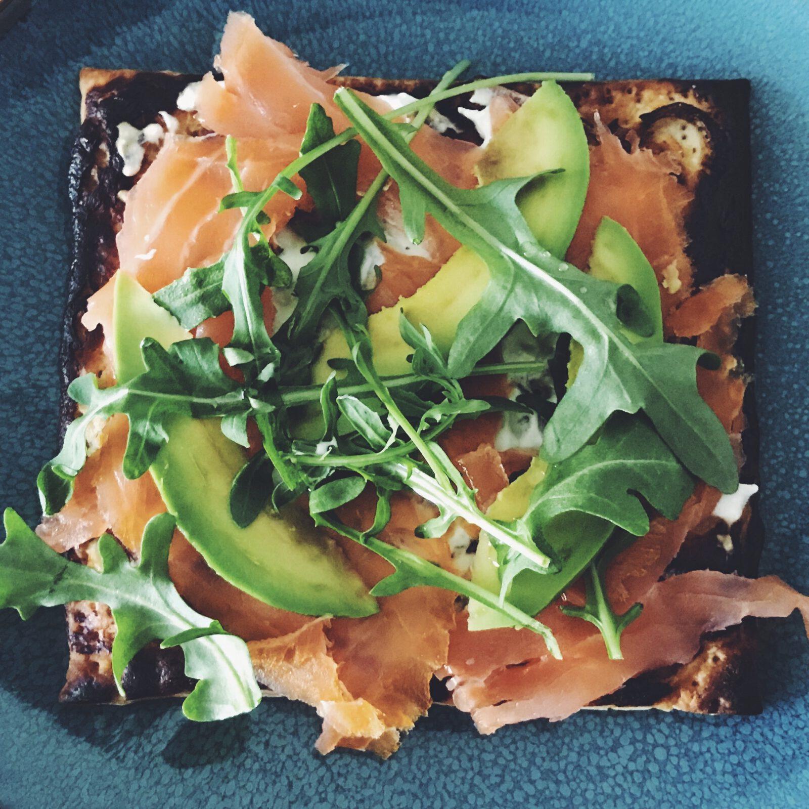 recept plaattaart met zalm en avocado