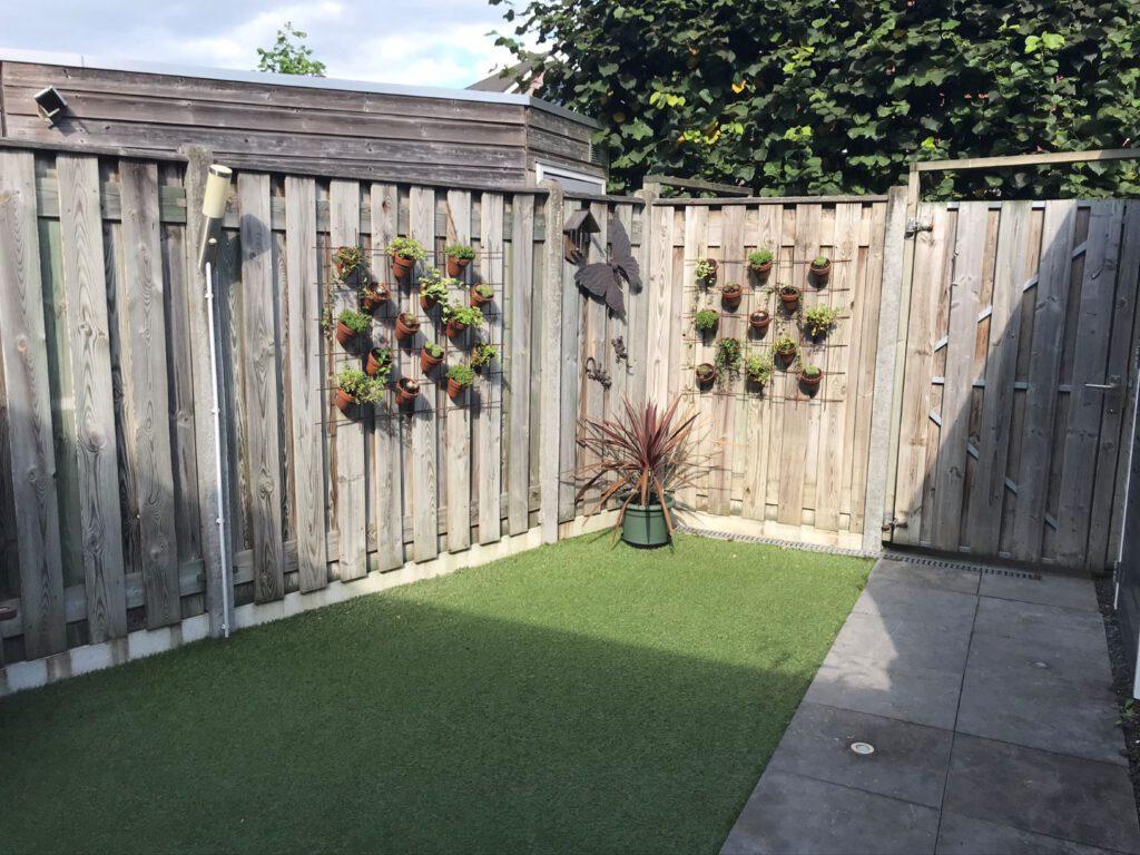 dit is onze achtertuin achterkant poort